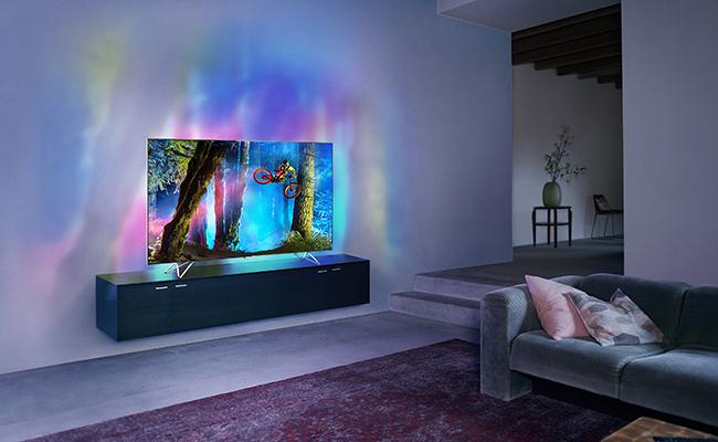 Philips_Fy15_LS_TV_8900_LR_3-4-view_Female-Newonscreen_v3_small